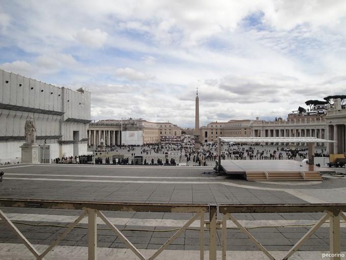 サン・ピエトロ大聖堂側から見た広場。遠くに報道陣が見える