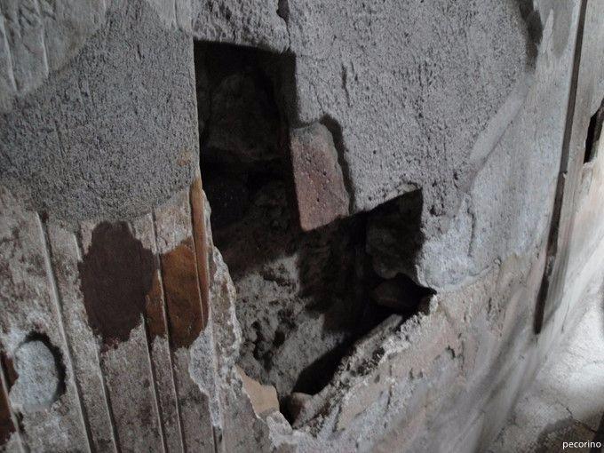 二重の壁の間には蒸気が通って部屋を温める - ポンペイの浴場