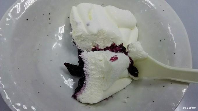 真っ白なチーズケーキの下にはブルーベリーソースが。