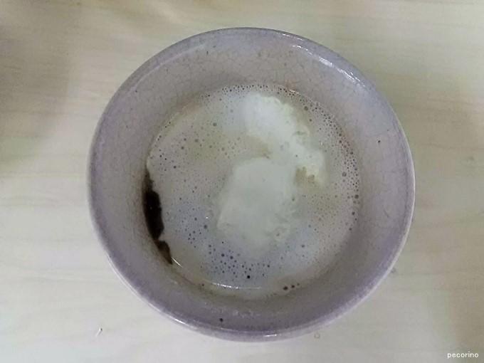 あっという間にコーヒーを覆いつくすプレミアムロールケーキのクリーム