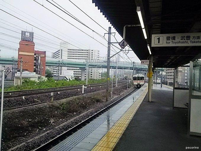 右からJR東海道線、名鉄線、線路は見えませんが一段下がってJR中央線