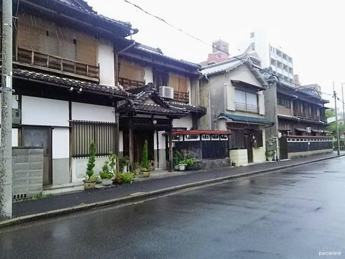 一番右が屋号の入ったままの建物の側面。中央の建物も立派