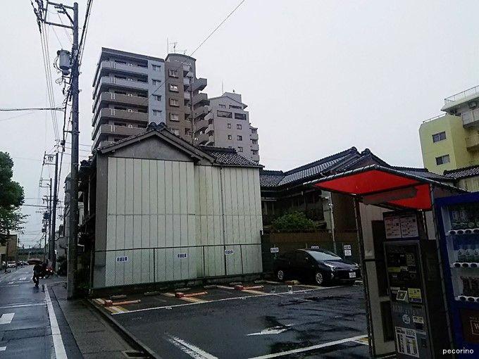 金鈴商店の隣の駐車場と不自然に切られた建物