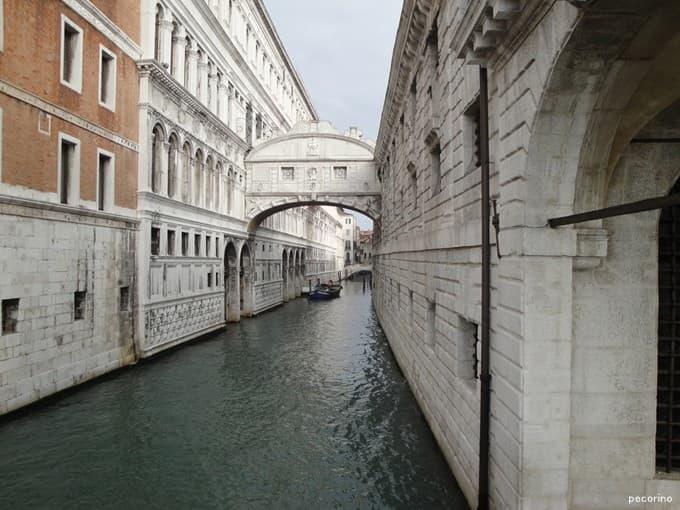 ドゥカーレ宮殿と牢獄にかかるため息橋