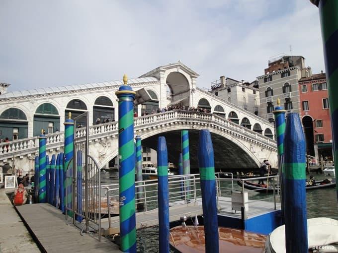 リアルト橋は観光客でいつもごった返してます