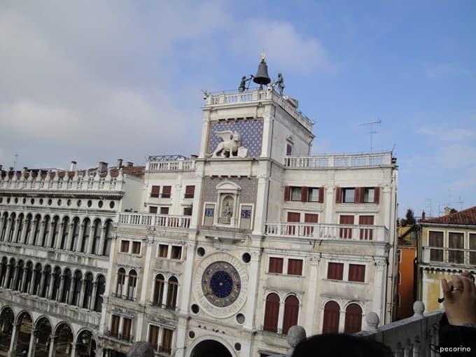 サン・マルコ広場にあるサン・マルコ時計塔にも翼の生えたライオン像が
