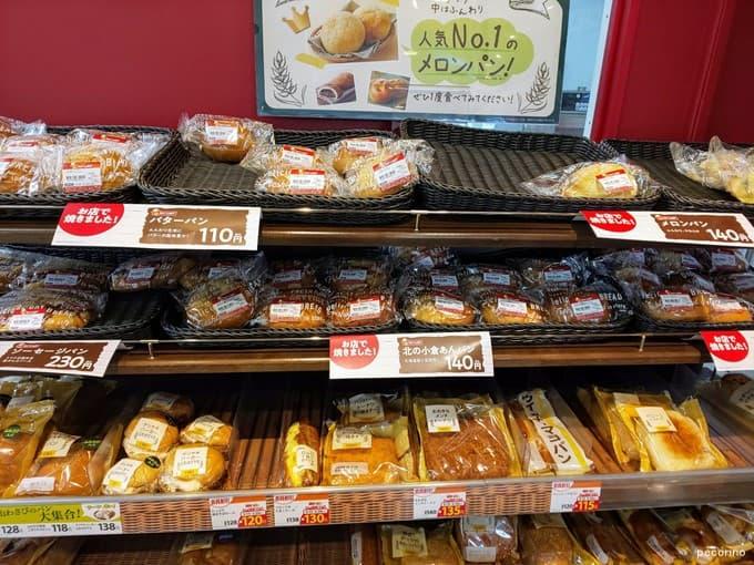 とても多くのパンをお店で焼いています